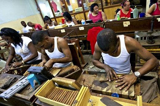 Sản xuất xì gà tại Havana, Cuba.