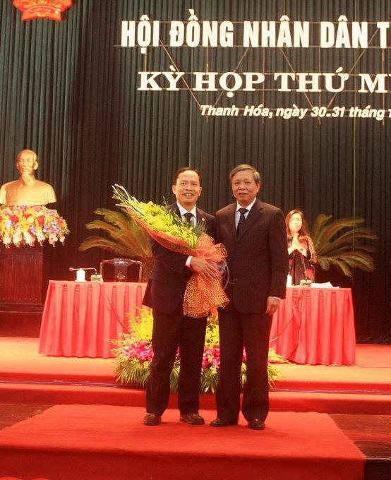 Ông Trịnh Văn Chiến (bên trái ảnh) vừa được bầu giữ chức chủ tịch HĐND tỉnh Thanh Hóa, nhiệm kỳ 2011- 2016- Ảnh: Hà Đồng