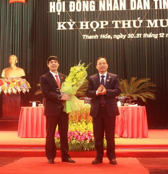 Ông Nguyễn Đình Xứng (bên trái ảnh) vừa được bầu giữ chức chủ tịch UBND tỉnh Thanh Hóa, nhiệm kỳ 2011- 2016- Ảnh: Hà Đồng.