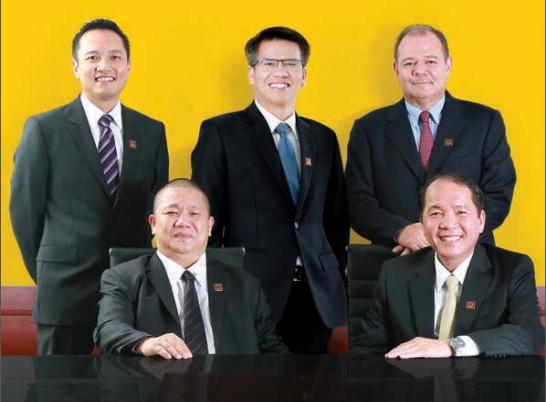 Ông Lê Phước Vũ (trái, hàng trước), ông Trần Ngọc Chu (phải, hàng trước), ông a