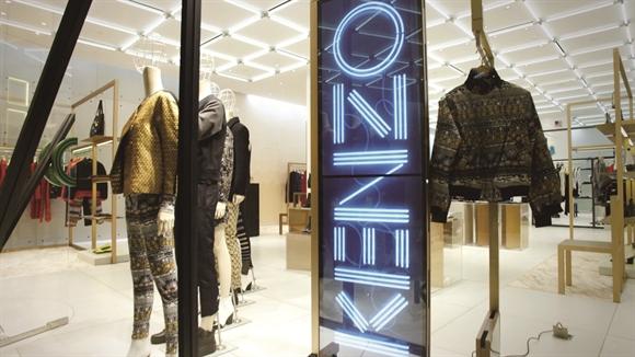 Cửa hàng Kenzo trở nên thu hút hơn với công nghệ màn hình Samsung SMART Signage.