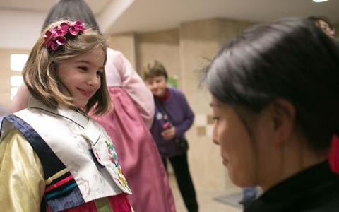 Trẻ em nước ngoài mặc trang phục truyền thống Hàn Quốc đón Tết
