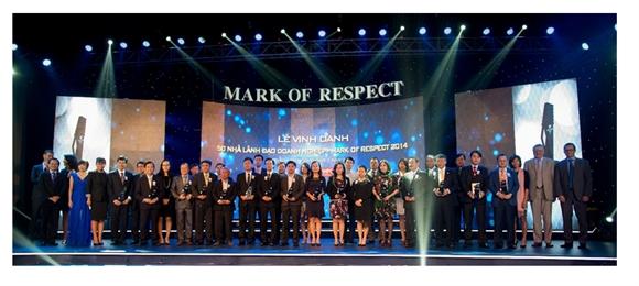 Các nhà lãnh đạo doanh nghiệp Việt xuất sắc nhất năm 2014 cùng nhận giải dưới bầu không khí trang trọng của buổi lễ.