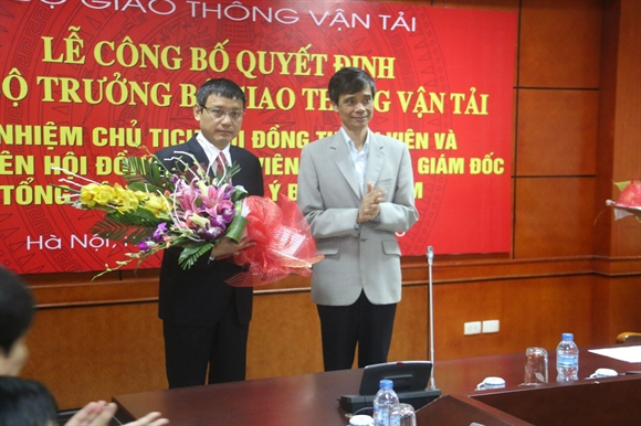 Thứ trưởng Phạm Quý Tiêu tặng hoa chúc mừng cho ông Phạm Việt Dũng - Thành viên Hội đồng thành viên kiêm Tổng giám đốc Tổng công ty Quản lý bay Việt Nam
