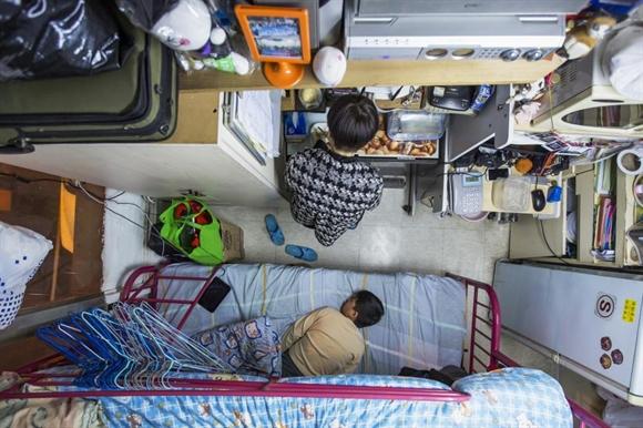 Hai mẹ con trong căn phòng 60 feet2 (khoảng 5,58 m2) với giá thuê hàng tháng 3.800 đôla Hong Kong (487 USD) tại Hong Kong.