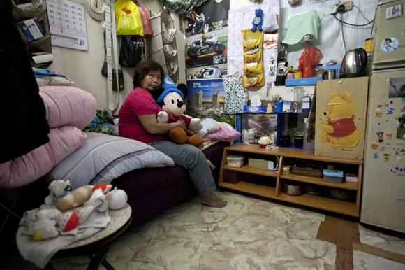 Bà Lee Oi Lin, 56 tuổi, ngồi trên chiếc giường trong căn hộ quan tài chỉ rộng 4,2m2. Dù diện tích rất nhỏ, song tiền thuê hàng tháng bà Lee phải trả lên đến 1.500 đôla Hong Kong (193 USD).