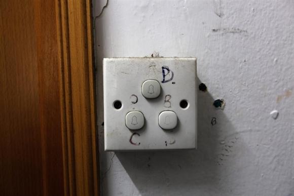 Chuông cửa của 3 căn hộ lắp đặt trên cùng một vị trí để tiết kiệm diện tích.