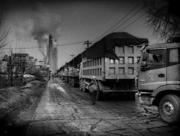Những chiếc xe ben chở than đứng chờ tại một nhà máy điện giữa Hàm Đan và Hình Đài – 2 thành phố ô nhiễm nhất tại Trung Quốc.