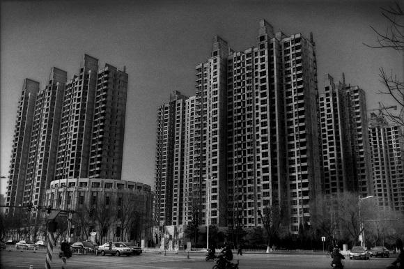 Dấu hiệu của bong bóng bất động sản: Những tòa nhà cao tầng xây dựng dở dang ở Hình Đài.
