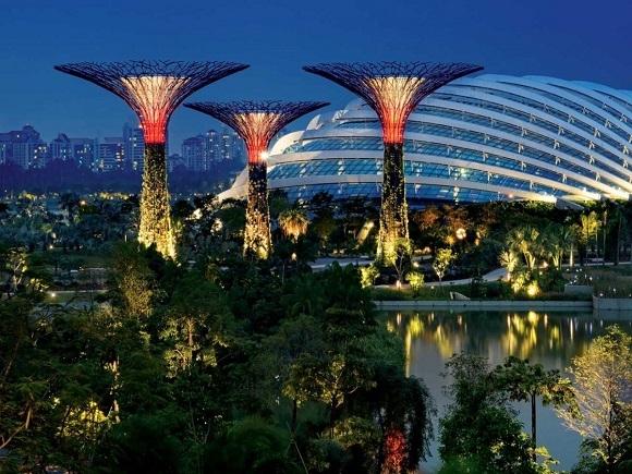 Một phần diện tích Singapore là đất lấn biển. Quốc đảo này nhỏ đến mức không còn chỗ nào để mở rộng ngoài cách vươn lên bầu trời và ra biển.