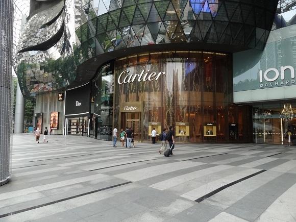 Hầu hết các trung tâm mua sắm đều nằm ở Orchard Road và ION Orchard có lẽ là trung tâm mua sắm đẹp nhất.