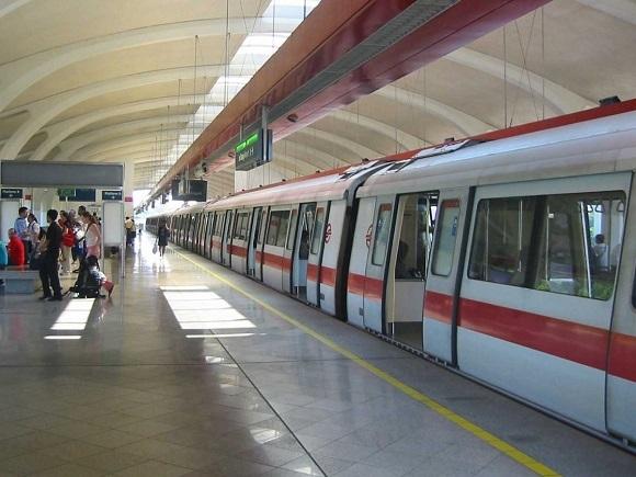 Do mật độ dân cư qua đông, nên giao thông có thể gặp khó khăn. Sở hữu xe hơi tại Singapore vô cùng đắt đỏ. Nhưng Singapore đã bù đắp lại bằng một trong những hệ thống tàu điện ngầm hiệu quả nhất và sạch sẽ nhất thế giới.