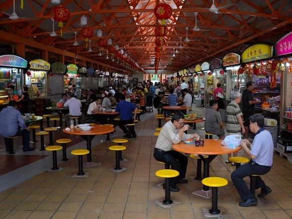 Đồ ăn tại Singapore phản ánh sự pha trộn văn hóa của thành phố này, gồm Trung Hoa, Ấn Độ và  Mã Lai. Các nền văn hóa và phong cách ẩm thực này cùng hội tụ tại Hawker Centre (trung tâm hàng rong) – những quầy hàng ăn do chính phủ quản lý.