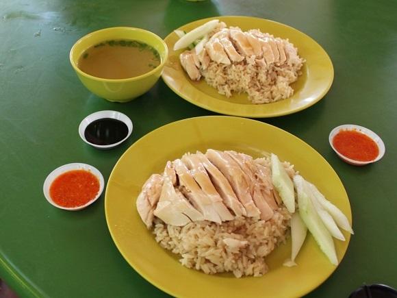 Tại Hawker Centre, bạn có thể nếm thử các món ăn đặc trưng của Singapore như món Cơm gà nổi tiếng.