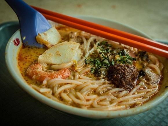Nhiều người đến du lịch Singapore chỉ để thưởng thức đồ ăn nơi đây.