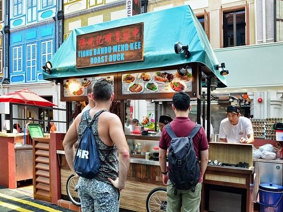 Trong khi đó, tại khu vực kế cận Tiong Bahru lại là địa điểm của các quán cà phê, quán bar và cửa hàng kiểu cổ.