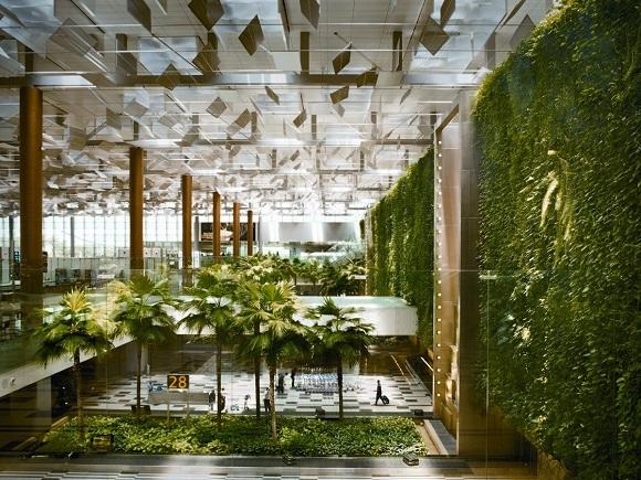 """Sân bay quốc tế Changi Singapore được xếp hạng """"tốt nhất trên thế giới"""" và là sân bay chuyển tiếp quốc tế với thiết kế đầy thú vị, kể cả vườn bướm, bể bơi trên máy, rạp chiếu phim, khách sạc, spa…"""