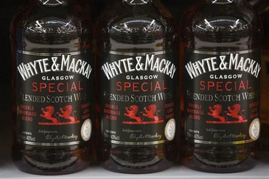 Chai whisky Scotland của Whyte & Mackay bày bán trong một siêu thị ở Wembley, Anh.