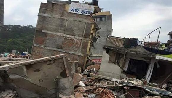 Cơ quan Khảo sát địa chất Mỹ (USGS), cho biết, một trận động đất mạnh 7,9 độ Richter rung chuyển khu vực nằm giữa thành phố Pokhara và thủ đô Kathmandu của Nepal. Cơn địa chấn xảy ra lúc 6h11 ngày 25/4 (giờ GMT, tức 13h11 giờ Hà Nội). Tất cả người dân đều chạy ra đường khi mặt đất rung lắc. Nhiều tòa nhà, chùa chiền tại thủ đô Kathmandu đổ sập, mặt đường nhiều nơi bị nứt toác. Roger Bilham, chuyên gia về địa chất của Đại học Colorado (Mỹ), cho biết, trận động đất kéo dài từ một đến hai phút. Trong khi đó, Pakistan, Bangladesh và Ấn Độ cũng chịu ảnh hưởng từ cơn địa chấn. Ảnh: Reuters  Bài viết: http://news.zing.vn/Toan-canh-dong-dat-Nepal-khien-hon-2500-nguoi-chet-post534079.html  Nguồn Zing News