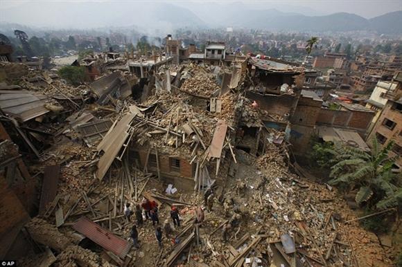 Toàn cảnh nhà cửa đổ sập sau trận động đất ở Nepal vào ngày 25/4. Do tâm chấn rất nông (khoảng 10 km) nên nó gây tàn phá trên diện rộng. Ngoài Nepal, vùng thủ đô New Delhi và các khu vực phía bắc Ấn Độ và một số địa phương ở Pakistan cũng xảy ra rung lắc mạnh. Ảnh: AP