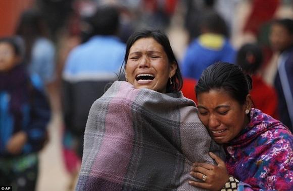 Tính đến 18h (giờ Hà Nội) ngày 26/4,, chính quyền Nepal cho biết số người thiệt mạng trong vụ động đất lên đến 2.152 người, gần 4.800 người bị thương. Ảnh: AP
