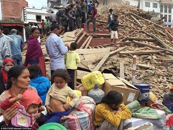 Nhiều gia đình và các em nhỏ bỗng trở thành người vô gia cư sau trận động đất. Ảnh: Reuters