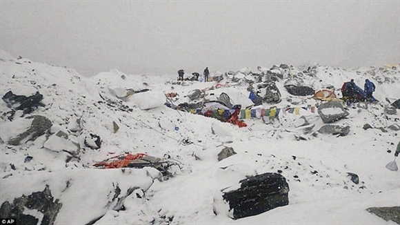 Hiện trường khu trại dừng chân ở núi Everest sau trận lở tuyết. Trận động đất gây ra tuyết lở dữ dội ở núi Everest, nơi rất nhiều du khách đang trên đường chinh phục đỉnh núi. Tháng 4 là thời điểm khách du lịch đổ về Nepal để leo núi Everest nhiều nhất trong năm. Ảnh: AP