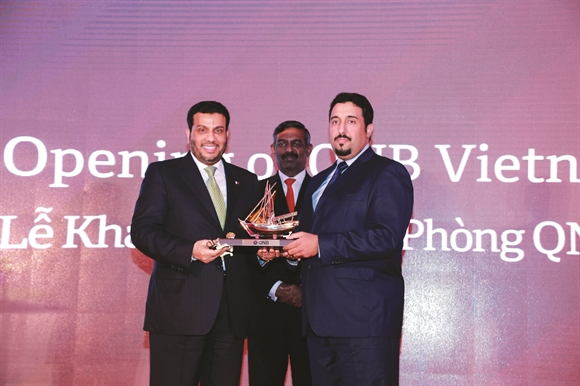 Đại diện QNB trao quà lưu niệm cho Đại sứ Qatar (trái) tại Việt Nam