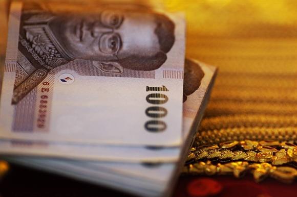 Trong vòng 2 tuần, baht rơi từ mức cao nhất 6 tháng so với USD xuống thấp nhất 5 năm.