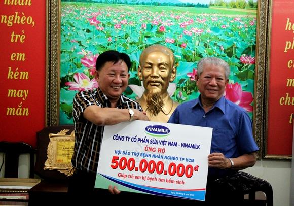 Chủ tịch công đoàn Vinamilk trao 500 triệu đồng cho đại diện Hội bảo trợ bệnh nhân nghèo TP.HCM