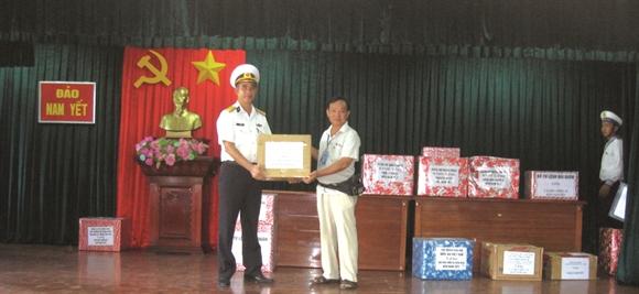 Ðoàn đại biểu tặng quà cho chiến sĩ trên đảo Nam Yết
