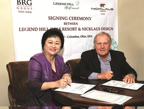 Bà Nguyễn Thị Nga, Chủ tịch BRG (bên tay trái) - Nguồn: brggroup.com.vn