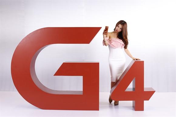 Diễm My 9X tạo dáng vô cùng chuyên nghiệp bên biểu tượng G4