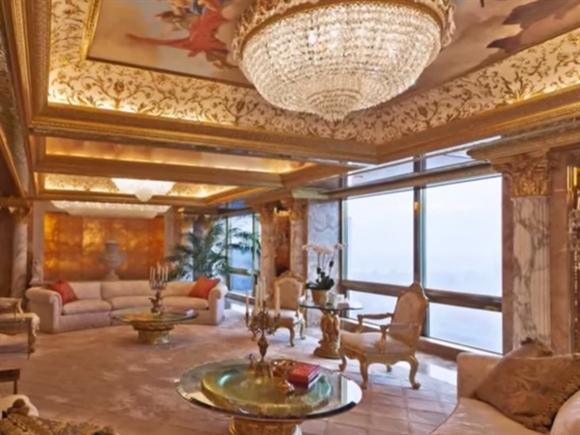 Căn hộ penthouse của tỷ phú Donald Trump có một cánh cửa dát vàng và kim cương, đài phun nước trong nhà, trần nhà trang trí nhiều họa tiết cầu kỳ, và một đèn chùm tinh xảo.