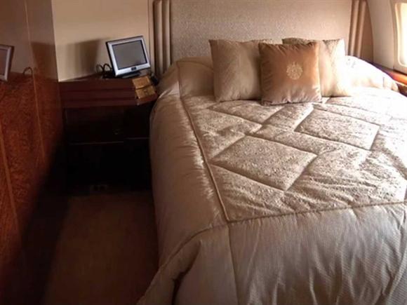 Mỗi khi muốn chợp mắt, ông trùm bất động sản có thể ngủ luôn trên chiếc Boeing 757 sang trọng với những chiếc gối thêu biểu tượng của gia đình.
