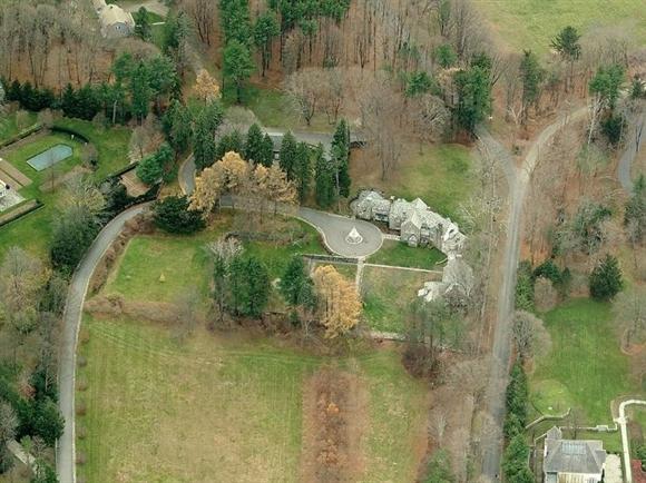 Năm 1995, Donald Trump lại mua thêm một dinh thự có tên Seven Springs (7 mùa xuân) nằm trên diện tích đất gần 87 ha ở Bedford, New York. Tòa dinh thự bằng đá và kính rộng hơn 3.600 m2 là nơi gia đình ông ghé tới mỗi khi cần nghỉ ngơi.
