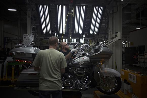 Can canh day chuyen che tao moto Harley-Davidson