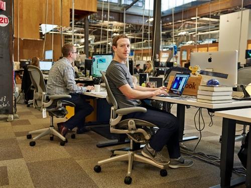 Elon Musk va Mark Zuckerberg sap xep ban lam viec nhu the nao?