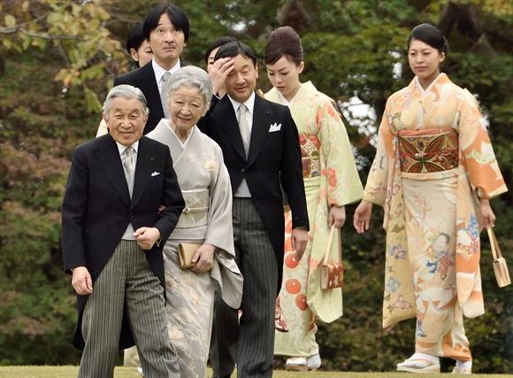 Nhat Hoang Akihito an dinh ngay thoai vi
