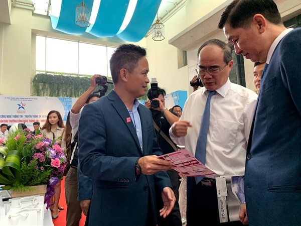 "MoMo nhan ""cu dup"" tai Giai thuong CNTT - TT TP.HCM lan 10"