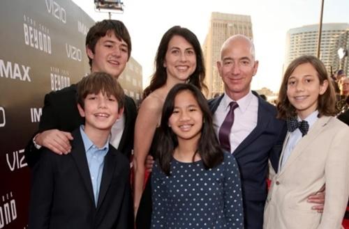 Ti phu Jeff Bezos ly di vo sau 25 nam