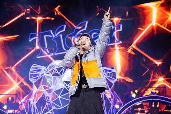 """Fan """"day song"""" voi dan sao khung cua sieu bao Tiger Remix"""