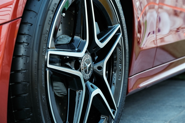 Mercedes-Benz gioi thieu mau xe C-Class nang cap