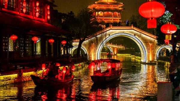 Khách du lịch trên những chiếc thuyền được bao quanh với những đồ trang trí được chiếu sáng tại Sơn Đông, nhân dịp mừng năm mới