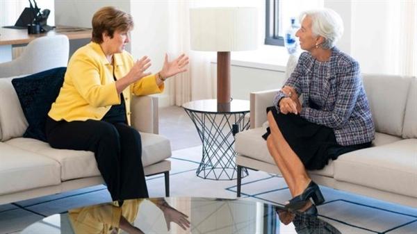 Kristalina Georgieva (trái) kế nhiệm Christine Lagarde (phải) làm người đứng đầu IMF
