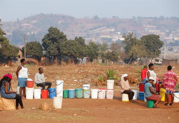 Các điều kiện xã hội đang xuống cấp, với hơn một nửa dân số của Zimbabwe (ước lượng của Liên Hợp Quốc là 8,5 triệu người) là không an toàn thực phẩm. Nguồn ảnh: CBC