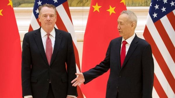Phó Thủ tướng Trung Quốc và nhà đàm phán thương mại hàng đầu Liu He, phải, bắt tay với Đại diện Thương mại Hoa Kỳ Robert Lighthizer trước phiên khai mạc đàm phán thương mại tại Nhà khách Diaoyutai ở Bắc Kinh. Nguồn: CNBC