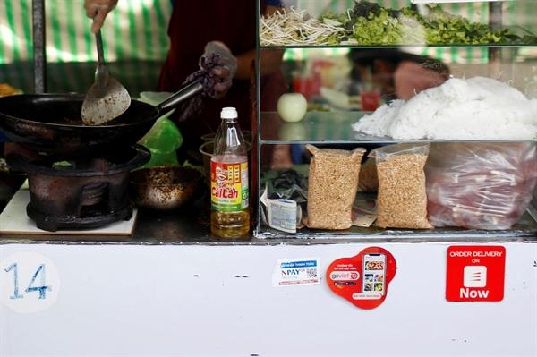 Hàng loạt các cửa hàng nhỏ đang chấp nhận việc thanh toán qua ví điện tử. Ảnh: Reuters
