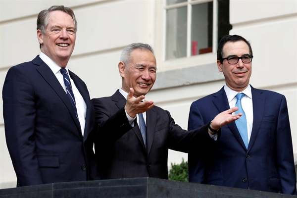 Phó Thủ tướng Trung Quốc Liu He giữa đại diện thương mại Hoa Kỳ Robert Lighthizer (trái) và Bộ trưởng Tài chính Hoa Kỳ Steve Mnuchin trong các cuộc đàm phán thương mại tại Washington trong tháng này. Ảnh: Reuters