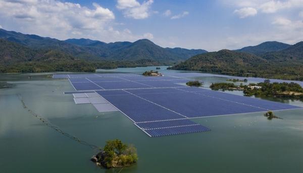 Hình ảnh minh họa cho các tấm pin mặt trời được lắp đặt trên hồ thủy điện Đa Mi - Ảnh: JICA.